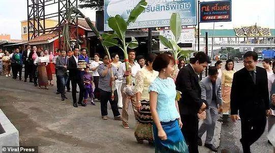 婚礼上,小男孩还支付了20万泰铢(约合10000元人民币)的现金和黄金作彩礼。