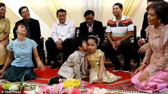 婚礼当天,包括家人朋友、亲戚和邻居在内的数十位宾客出席了仪式。