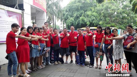 老师在高考首日身着红衣为考生加油。 张茜翼 摄
