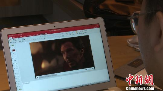 武鹏屹在电影《复仇者联盟》中提炼素材为写作课提供描述材料。吕杨/摄
