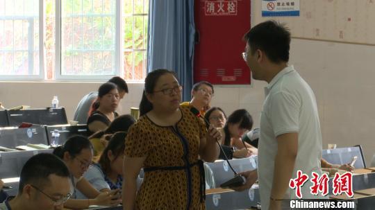 武鹏屹在培训课现场与四川当地乡村教师进行互动。吕杨/摄