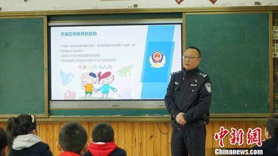 警察家长教学生安全知识。 钟欣 摄