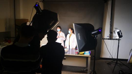 博士生刘广秀(右)和纪宇在B站直播。受访者供图