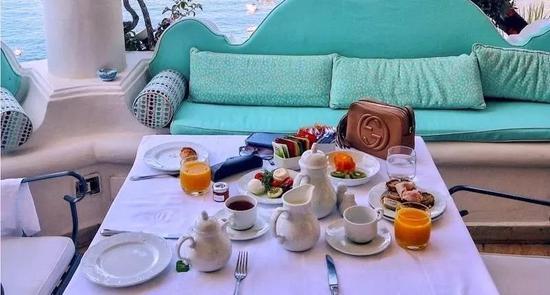 有些酒店会免费提供早餐,