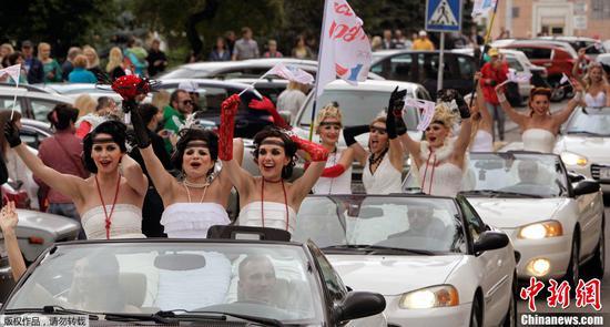 资料图:白俄罗斯明斯克举行一年一度的婚纱巡游。