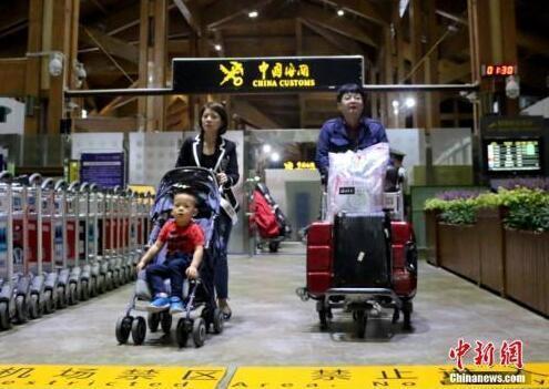 资料图:免签游客入境。中新社记者 王晓斌 摄
