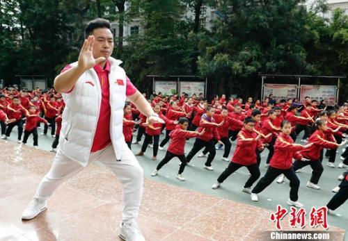 夏先川为西坝小学课间操做示范。中国体育报记者 王宪民 摄