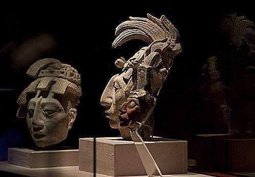 墨西哥国立人类学博物馆展出象征诸神形象的古玛雅面具。(新华社)