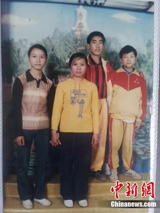 刘秀祥(右二)小时候 受访者供图
