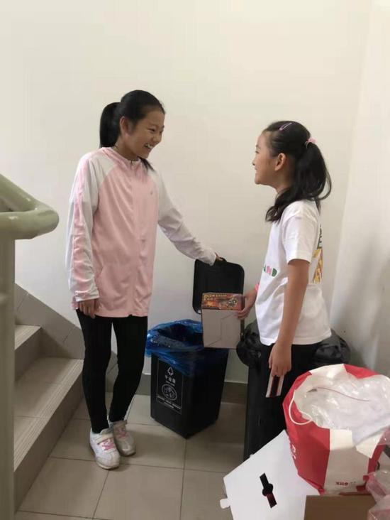 高安一小四年级朱佳琦同学与小伙伴分享垃圾分类知识。