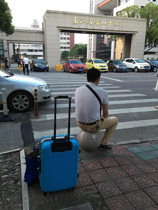 昨天下午六点,萧山中学门口,一位拉着行李箱等待复旦大学三位一体考试结束的爸爸。