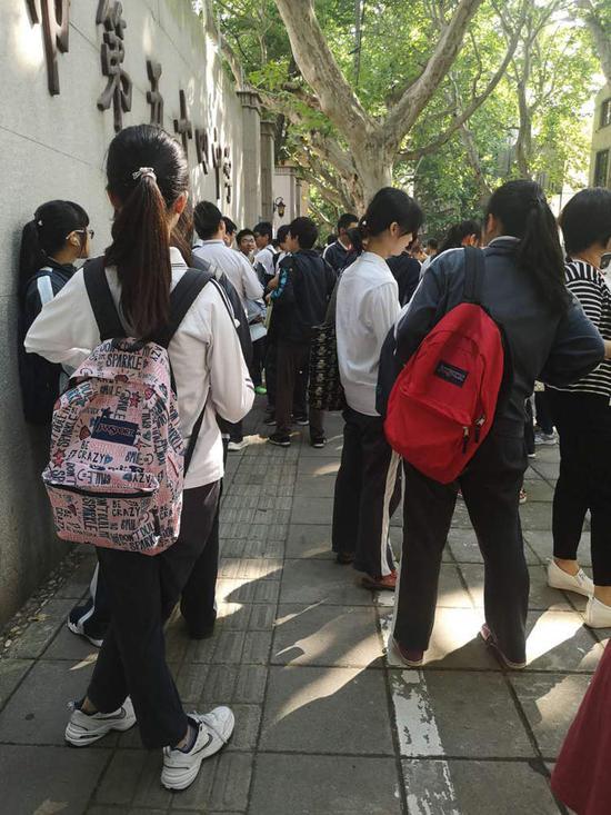 8点不到,五十四中学门口,考生们已经三三两两排队了。