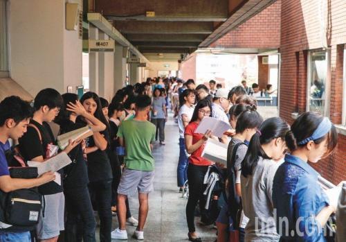 台湾名校生大学指考语文考试只得14分  监考者发错答题卡