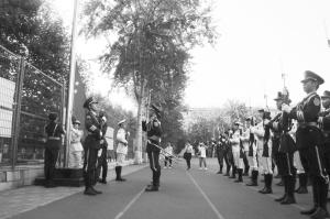 河北经贸大学经济管理学院国旗护卫队亮出英雄气