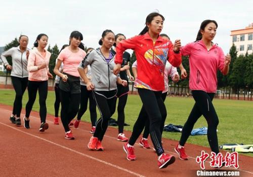 杨婉琪(右一)和队友在训练中。中国体育报记者 王宪民 摄