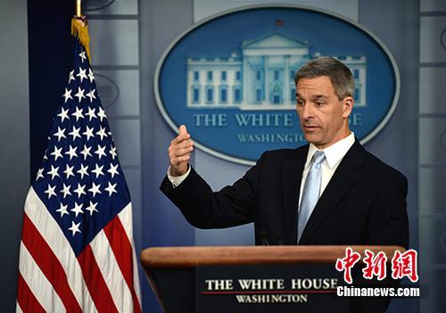图为美国公民和移民服务局代理局长肯尼斯·库奇内利当天在白宫就这项新规举行记者会。中新社记者 陈孟统 摄