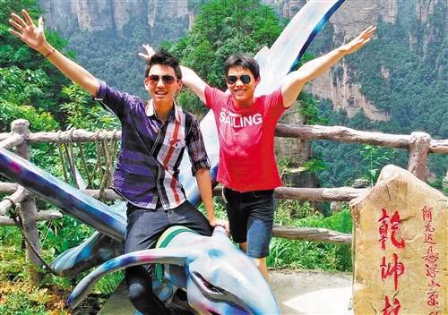 邦胜(右)和邦利(左)兄弟俩在张家界旅游时拍摄的合影。 田 原供图