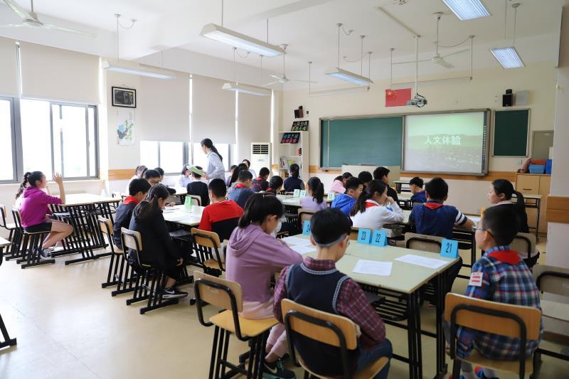 今天世界外國語中學的面談,主要分為人文體驗、語言交際、思維探索、科學探究四個模塊。攝影 何思哲
