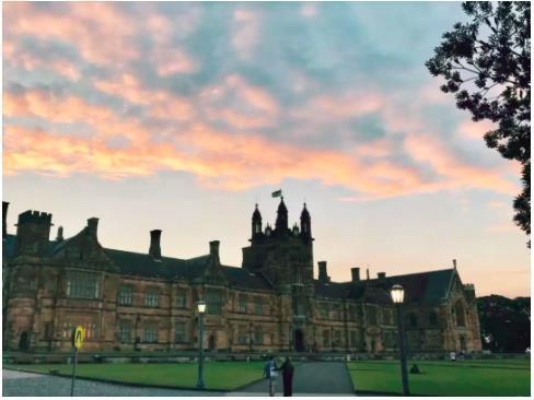 """悉尼大學主樓""""哈利波特樓""""  某天自習出來吃晚飯拍到了晚霞"""