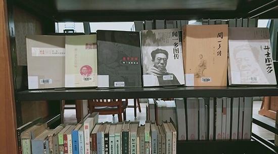 图书馆北馆专题书架。清华大学供图