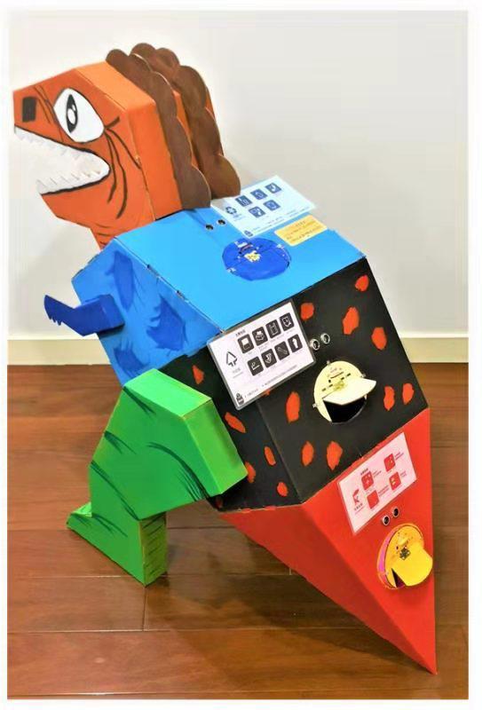 """学生设计的垃圾分类棋、吃垃圾的小怪兽""""智能分类垃圾桶""""。"""