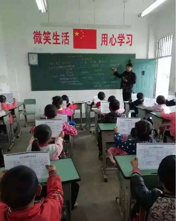 李德清正给孩子们上课 广元政务微信公众号 资料图