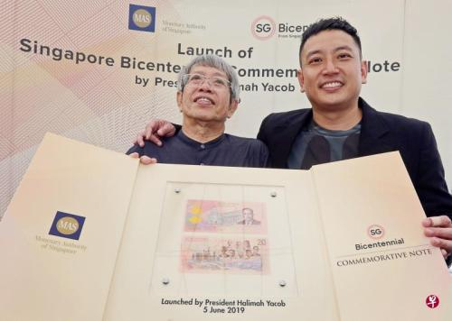 翁赐礼(左)和儿子翁子彦携手为新加坡金融管理局设计20元纪念钞,这是父子俩第三次为金管局设计纪念钞票。(图片来源:新加坡《联合早报》 庄耿闻摄)