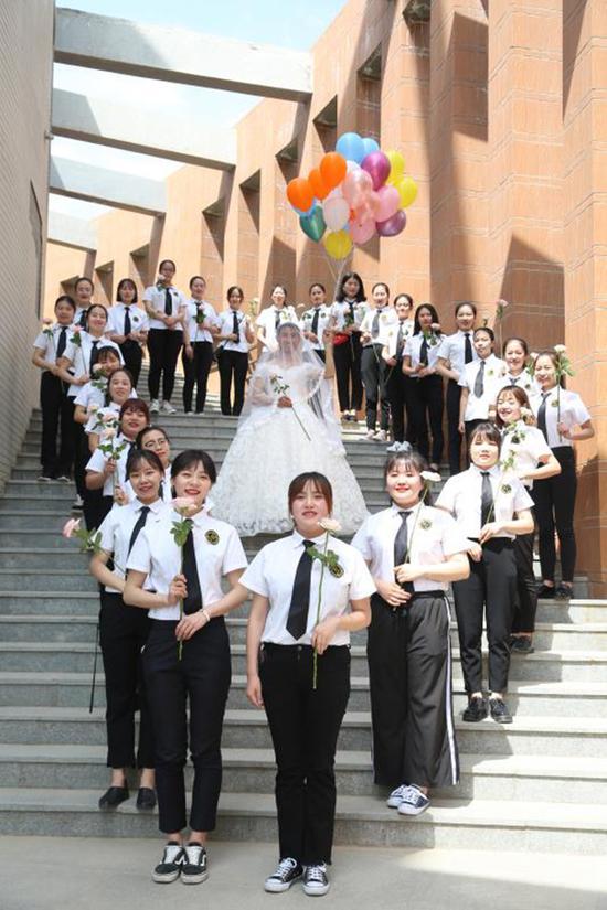 学生们邀请了专业摄影师拍摄毕业照