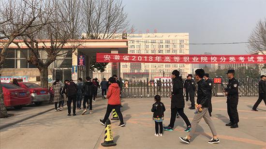 25日上午,考生陆续走进考场。 澎湃新闻记者 徐笛薇 图
