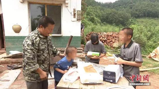 老师们为残疾儿童家送去衣服、食物。熊晓华摄