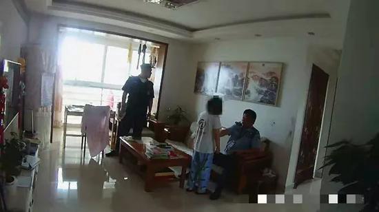 """民警的出警现场。 图片来自""""扬子晚报""""微信公众号"""