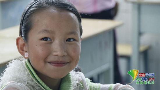 经过课下轻松愉快的聊天,孩子们渐渐敞开心扉,露出了明朗温暖的笑容。中国青年网通讯员 梁颖琪 摄