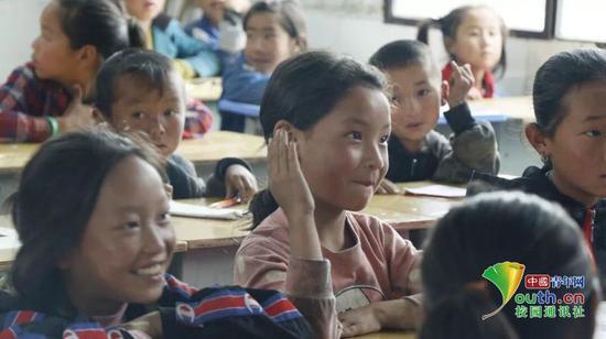 在课堂上,孩子们积极回答问题,孩子们主动举手就是给予我们最好的回馈。中国青年网通讯员 龙雨诗 摄