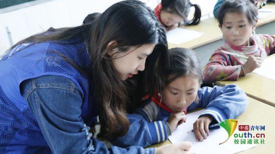 在课堂下,队员们认真回答孩子们的问题,并给予孩子们鼓励,让孩子们更加坚定学习的信心,积极向队员们提问。中国青年网通讯员 黄可晴 摄