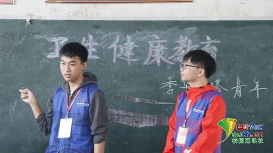卫生健康教育课上,季华灯塔青年团队队员给孩子们讲解注重个人卫生健康的重要性,从小养成良好的习惯。中国青年网通讯员 梁颖琪 摄