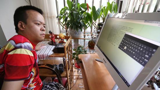 陳碩用電腦撰寫小説。 陳飛波 攝