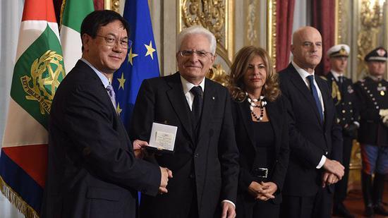 意大利总统马塔雷拉为王中林颁发埃尼奖奖章
