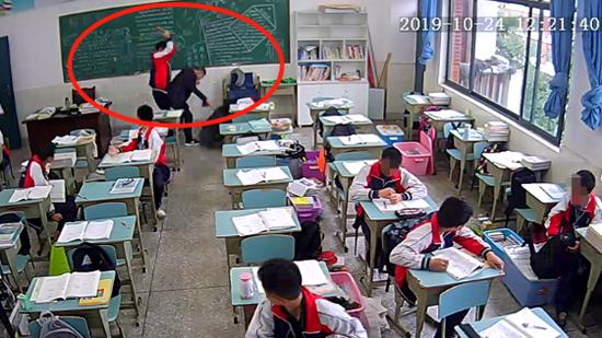 初中生9次砖砸老师:不纵容戾气也