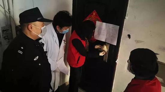 2020年1月30日早上8点,上海闵行区江川路街道红六小区从外来返沪的一家三口刚进家门,居委书记丁春红就带着工作人员上门核查。