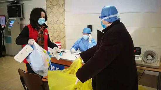 丁春红买好日用品、食品等送到医院,让护士转交夫妻俩,还带口信告知孩子的情况,让夫妻俩安心隔离。