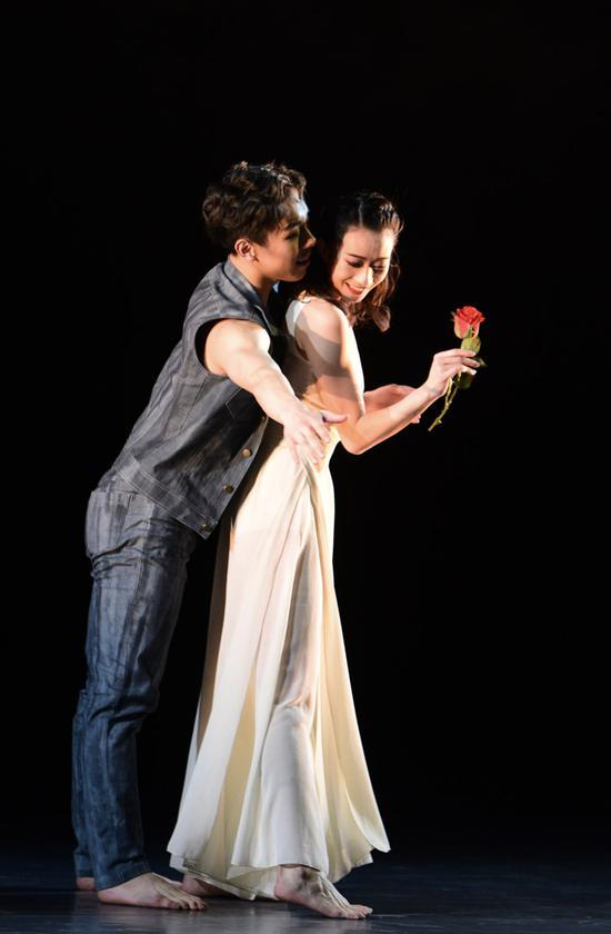 现代舞剧《三毛》中荷西向三毛示爱。