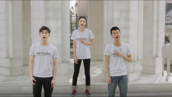 毕业生代表 冯文娟、张铭恩、高至霆
