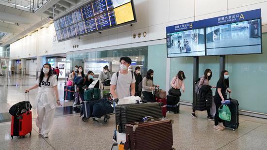 資料圖:留學生在機場(圖片來源:中新社)