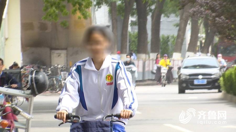 山东一中学禁骑电动车引争议 中学生骑车违规现象多