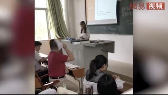 老师怒扔学生论文被约谈 网友却说:不怪他