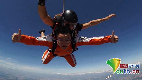 周浩在捷克进行跳伞。本人供图