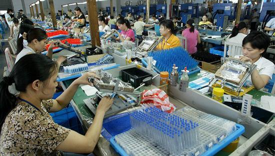 2005年6月23日,宁波,我国文具出口大户——民营企业浙江贝发集团制笔车间一角。图片来源:视觉中国