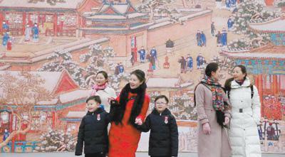 """观众在参观故宫博物院""""贺岁迎祥——紫禁城里过大年""""展览。姜东 摄"""