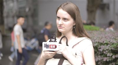 留学生接受采访。记者 陈金刚/摄