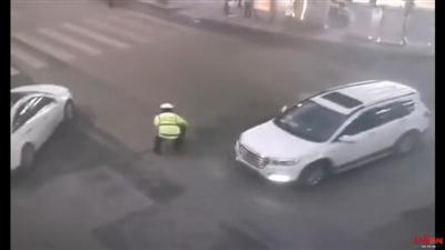车流中救下孩子(视频截图)
